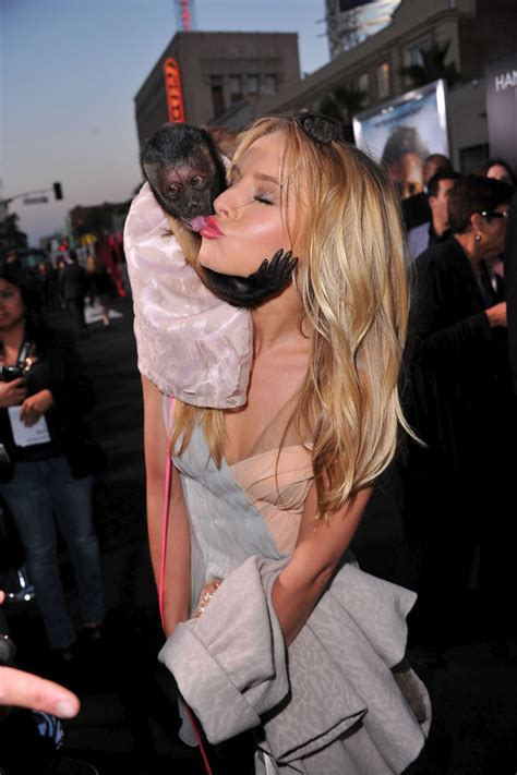 kristen-bell-monkey-kiss-at-the-hangover-part-ii-premiere